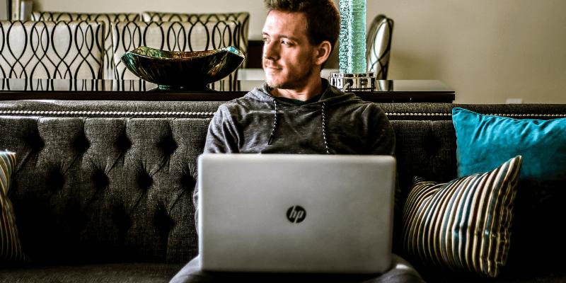 Mac trabajando en una computadora portátil HP lenta